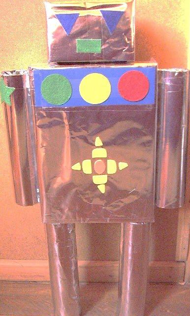 robot hecho de cilindros de toalla de papel caja de cereal y papel