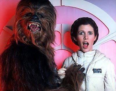 Chewbacca tocandole inocentemente un seno a la princesa!