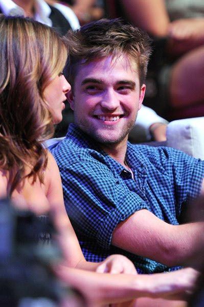 Robert: Candids y Apariciones Públicas [CLOSED] - Página 6 Robert+Pattinson+TCA+2010-+%2813%29