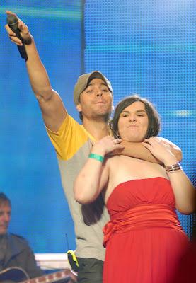 Enrique Iglesias isi sufoca fanii