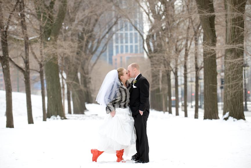 http://4.bp.blogspot.com/_4-1UDYWNmeM/TTTZhoCC3zI/AAAAAAAAATg/zRgzcYpssHw/s1600/chicago_wedding_grant_park_snow_02.jpg