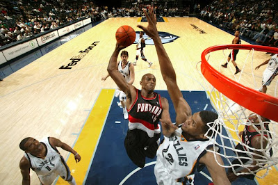 Travis Outlaw stuns Rudy Gay with a taste of his own medicine, via NBA.