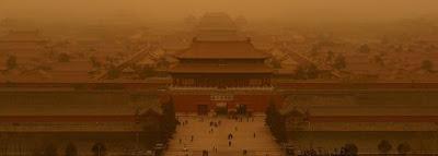 El Palacio Imperial prácticamente oculto por la densa tormenta de arena / EFE