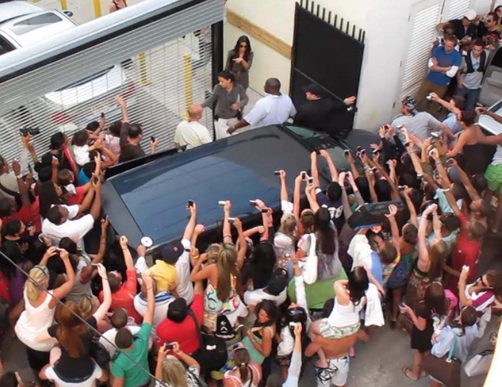 http://4.bp.blogspot.com/_45uXfu3bCko/TMeYjrobavI/AAAAAAAAACU/M2OOk3RUZKs/s1600/kim-kardashian-paparazzi-fans-dash-miami-1.jpg