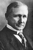 Frederick Taylor, este es un personaje muy importante en la historia de la administracion. Este personaje tuvo contacto directo con los problemas sociales y empresariales derivados de la Revolucion Industrial.