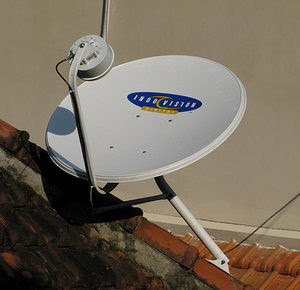 Menangkap siaran TV berlangganan menggunakan antena parabola mini.