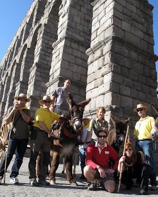 Camino de Santiago desde Madrid en burro a su paso por el acueducto de Segovia