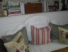 Monogram och årtal på soffa
