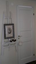 Vitmålat staffli på vägg