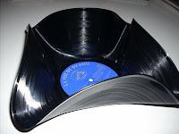 y el cesto hecho con un disco de vinilo