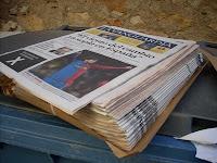 ejemplares de La Vanguardia tirados en un contenedor