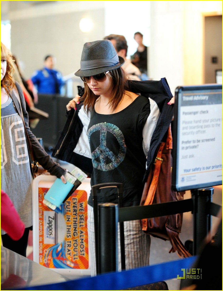 [ashley-tisdale-leaving-lax-05.jpg]