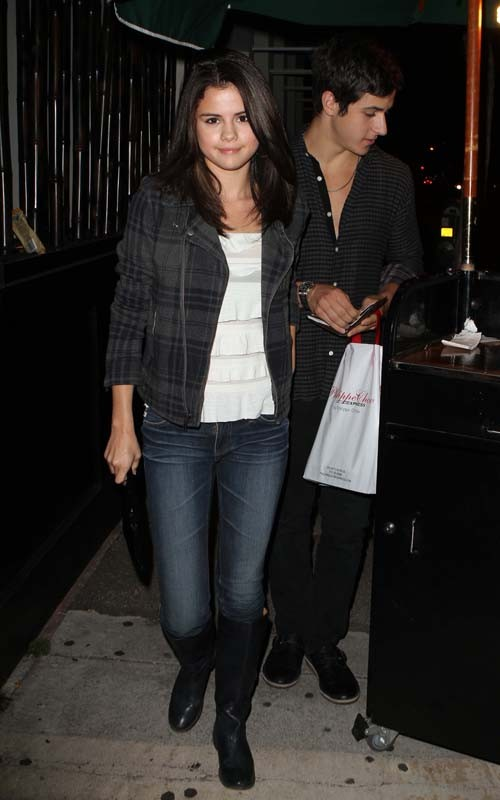 selena gomez and david henrie dating 2011