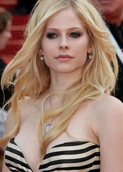Avril Lavigne goes Topless!