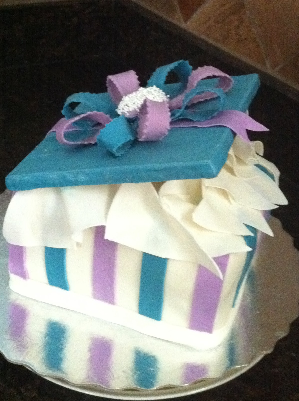 Gift box cakes my sweet zepol closed gift box cake and a name tag negle Images