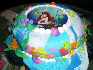 Torta Marmoleada Cubierta Con Masa Flexible De La Sirenita