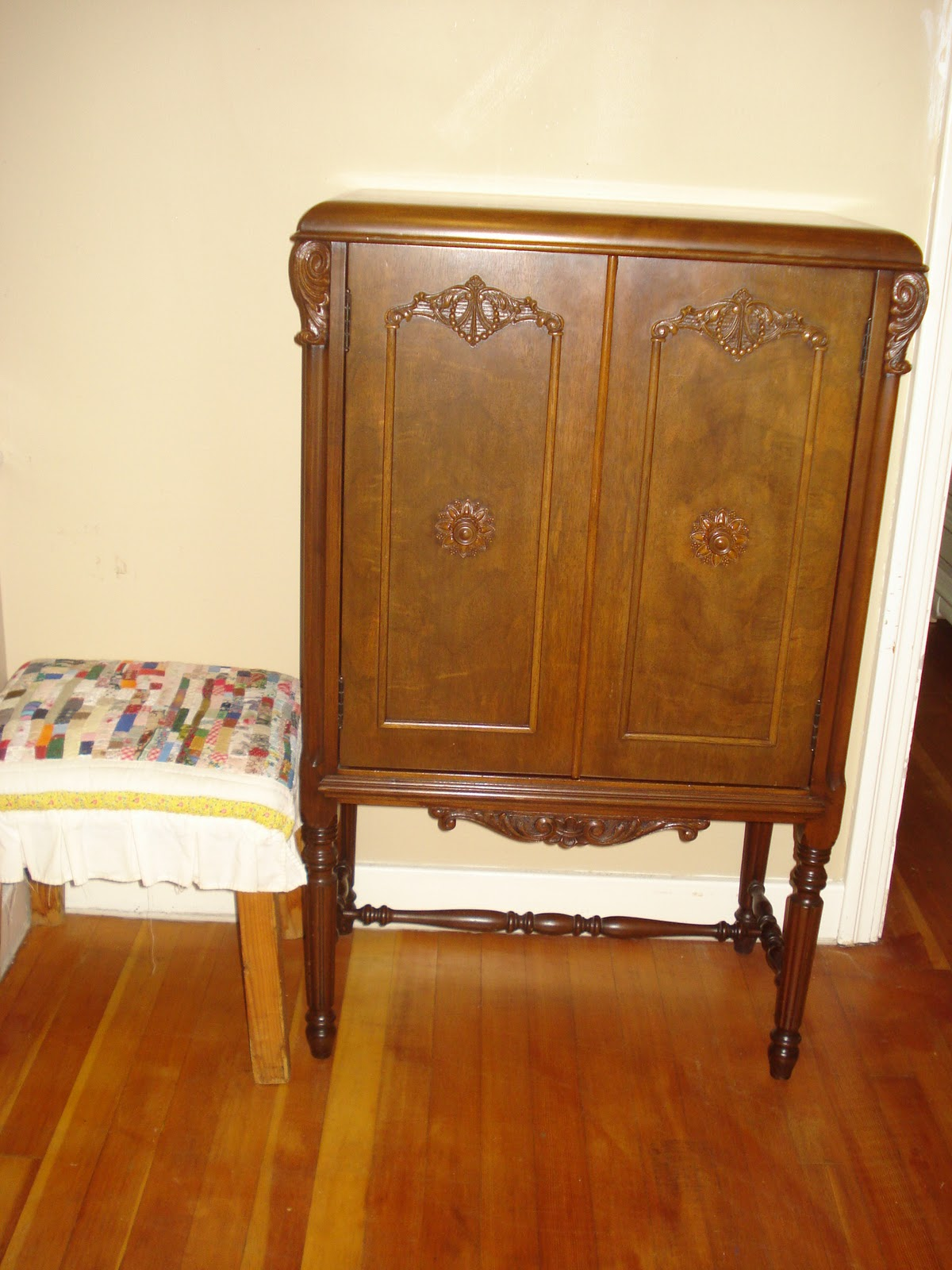 Welcome to Emi's Quilts!: Sparton AC Radio Receiver Cabinet