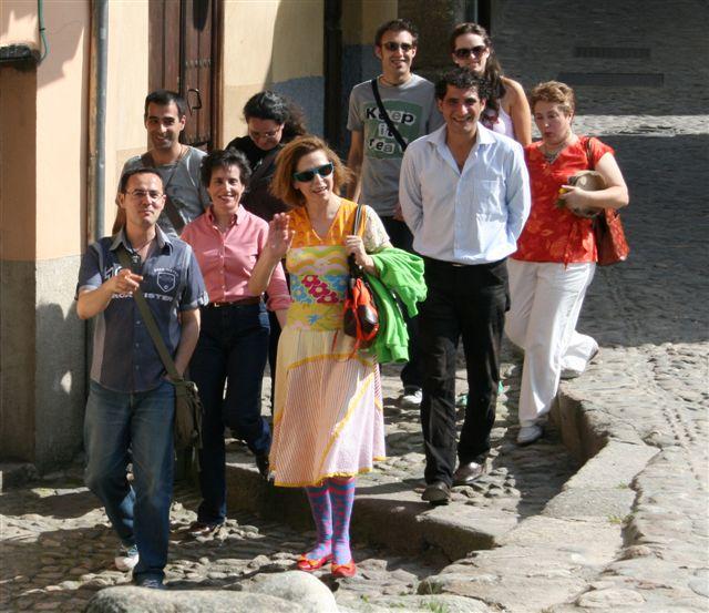 Lakaramba acompañó la visita a Hervás de Agatha Ruiz de la Prada