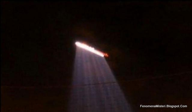 Foto Amatir yang mengamati sorotan cahaya UFO