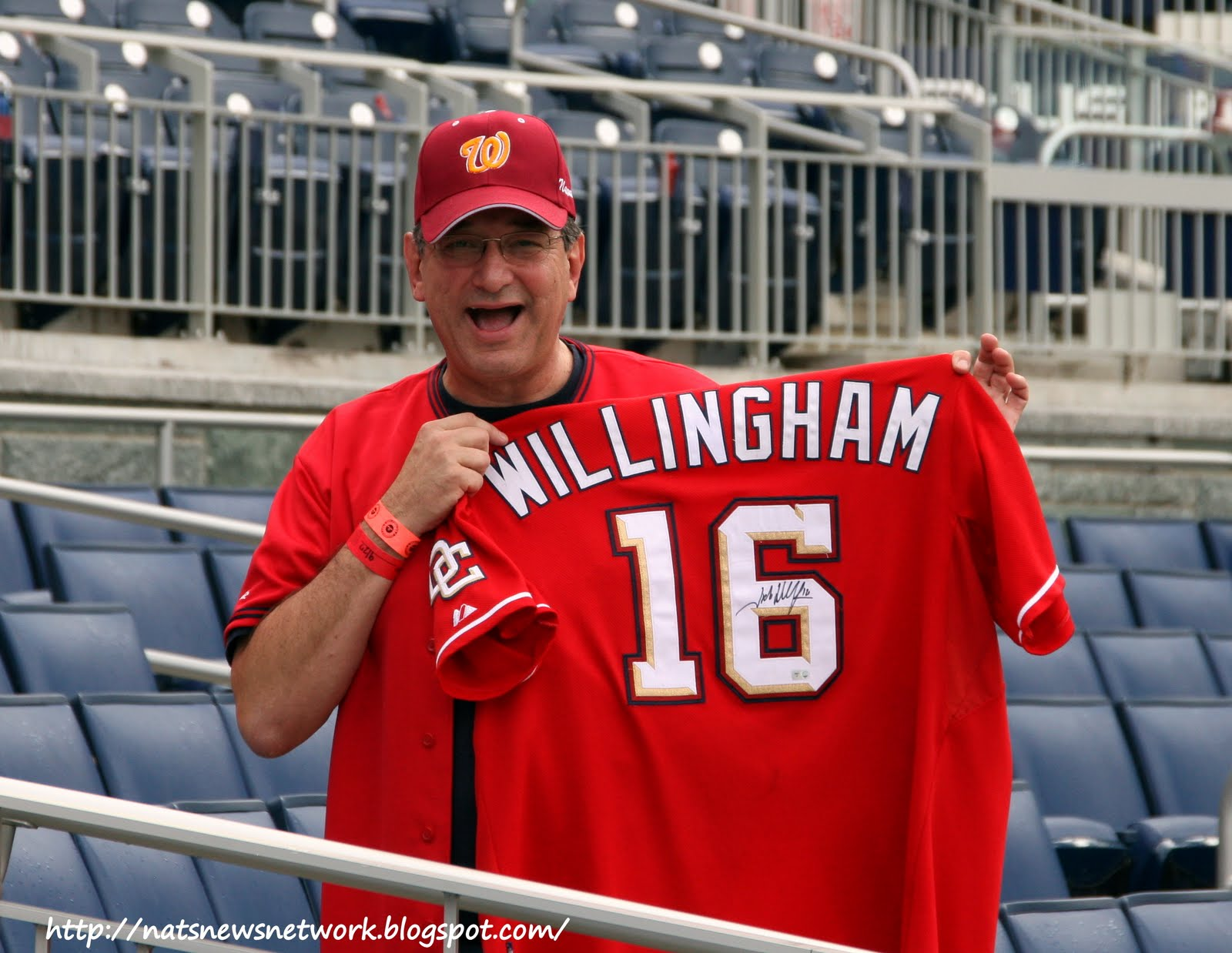 http://4.bp.blogspot.com/_4d5hky618zo/TIdE-7X7aHI/AAAAAAAAmFQ/A4MB0rt1zF4/s1600/IMG_3667+Phil+with+Willingham+jersey.jpg