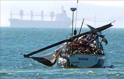 mástilroto Ballena salta sobre un barco