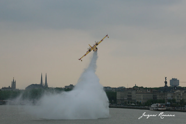 Canadair en train de larguer sur la Garonne pour le Centenair de l'aviation en Aquitaine
