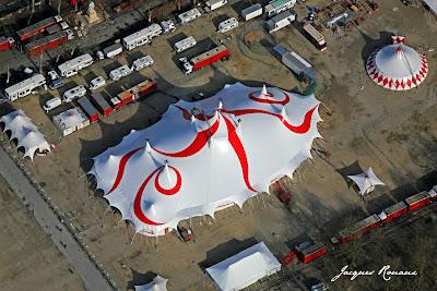 vue aerienne du chapiteau du cirque Gruss sur la place des quinconces de Bordeaux