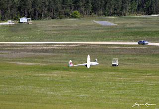 Vue aérienne d'un planeur sur l'aérodrome de Bordeaux Léognan Saucats