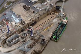 vues aérienne de la forme de radoub de Bassens avec les premières piles du pont Bacalan Bastide