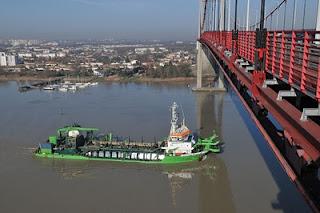 photo de la drague Marieke passant sous le pont d'Aquitaine