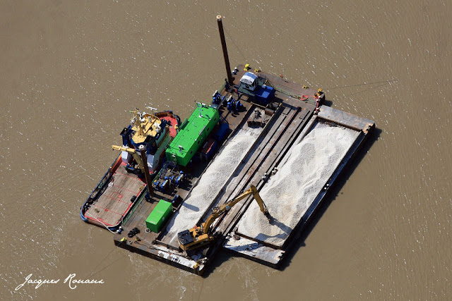 vue aerienne d'une barge sur la Garonne au niveau du chantier du Pont Bacalan Bastide