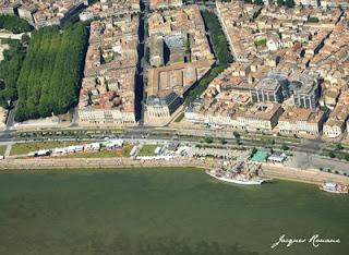 Vue aerienne du 3 mats Cuauhtémoc devant la cite mondiale du vin a Bordeaux