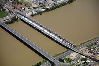 photo aérienne de la passerelle Eiffel et du nouveau pont SNCF de Bordeaux