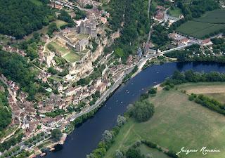 Vue aérienne du château médieval de Beynac en Cazenac dans le Périgord