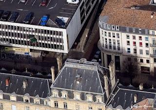 vue aérienne de la façade du parking Victor Hugo avec une voiture en passe de tomber.