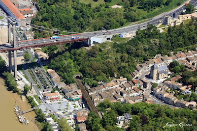 Vue aérienne de Lormont avec le Pont d'Aquitaine et le château du Prince Noir.