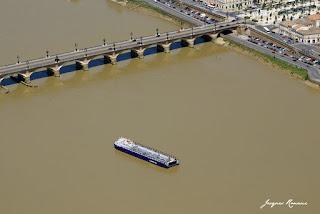 Vue aérienne de la barge transportant les tronçons de l'Airbus A380 à l'arrêt devant le Pont de Pierre