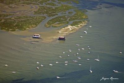 Vue aérienne de l'ile aux oiseaux sur le Bassin d'Arcachon avec les maisons sur pilotis au premier plan