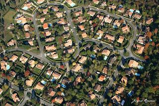 Vue aérienne d'un lotissement avec beaucoup de maisons avec piscines