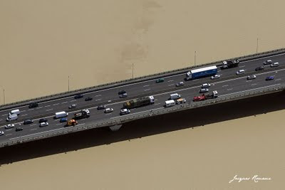 Vue aérienne d'un accident sur le Pont Mitterrand de Bordeaux