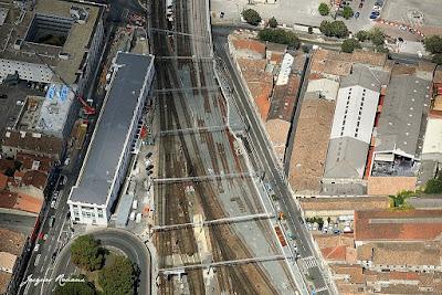 Photo aérienne du chantier du nouveau pont SNCF de Bordeaux. Mise en place des derniers rails.