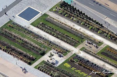 Vue aérienne rapprochée du Jardin sur les quais de Bordeaux