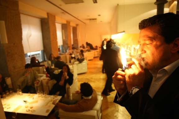 Nace el primer club de fumadores en granada como forma de for Club de fumadores barcelona