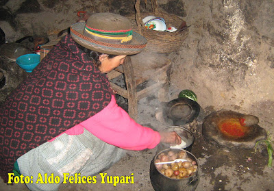 Mujer de Sarhua cocinando exquisita comida de nuestra comunidad