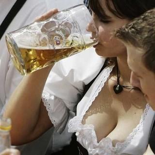 http://4.bp.blogspot.com/_4wmVO73Otl8/SmsZLAM-D5I/AAAAAAAAAac/eiDtHjocpMo/S700/mulher_cerveja_2-omundodosmachos%5B1%5D.jpg