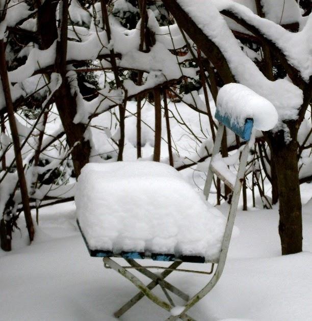 garten anders sitzpl tze im schnee vergessene st hle und. Black Bedroom Furniture Sets. Home Design Ideas