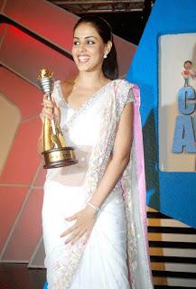 Hot and sexy Genelia in white saree latest stills