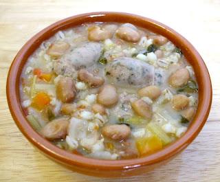 Minestra d'orzo con salsiccia e fagioli