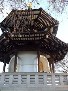 Pagoda della Pace, ornata da campane dorate e da Budda seduti