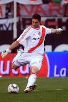 Juan Pablo Carrizo ataja con la camiseta titular de river plate